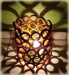 Essa luminária feita com canudos de jornal fica muito charmosa, além de criar um efeito muito bonito quando acesa.