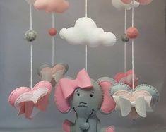 Elefanten Baby-Mobile Gehäkelter Elefant häkeln   Etsy Baby Girl Elephant, Elephant Nursery, Animal Nursery, Baby Mädchen Mobile, Baby Cot Mobiles, Felt Mobile, Cool Baby, Nursery Crib, Nursery Decor