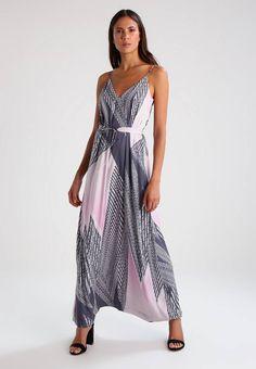 Whyred. CORY - Fotsid kjole - old pink. Ermelengde:Spagettistropper,136 cm i størrelse 36. Lengde:lang. Overmateriale:95% polyester, 5% elastan. Mønster:print. fôr:95% polyester, 5% elastan. Detaljer:Belte følger med,Underkjole. Passform...