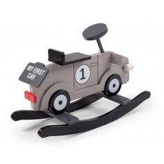 El moderno balancín coche gris oscilante da a la habitación un toque aventurero.