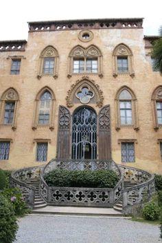 Castello del Roccolo, Busca (CN).Il nome del castello deriva da una particolare tecnica di cattura di uccelli di piccole dimensioni, effettuato attraverso un sistema di reti, ora non più utilizzato