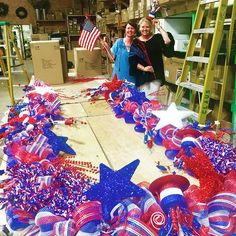 Did you see shooting stars across America on Memorial Day weekend?? It was us shipping this 20-foot patriotic garland we created to repeat customer @johnnasdobbs in Arkansas for a star-spangled entrance to her lake house from Memorial Day through July 4th! Slide the photo ⬅️ for the repost of her decorated doorway! 🇺🇸🇺🇸🇺🇸 #MemorialDay #July4 #patriotic #doordecor #fedex