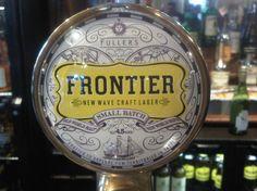Cerveja Fuller's Frontier, estilo Amber Lager, produzida por Fuller's, Inglaterra. 4.5% ABV de álcool.
