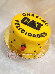 Onesimo is a guy who works at Caterpillar. Is his birthday, and as hi loves his job his son wanted a Caterpillar cake :D - Repostería - Puerto Ordaz - Venezuela