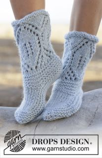 """North Shore - Knitted DROPS slippers in garter st with lace pattern in """"Eskimo"""". Size 35 - 42 - Free pattern by DROPS Design Knitted Slippers, Slipper Socks, Crochet Slippers, Knit Crochet, Knitting Patterns Free, Free Knitting, Free Pattern, Crochet Patterns, Drops Design"""