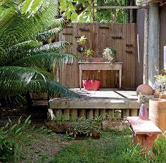 Pia improvisada  em mesa no jardim, muito criativo.