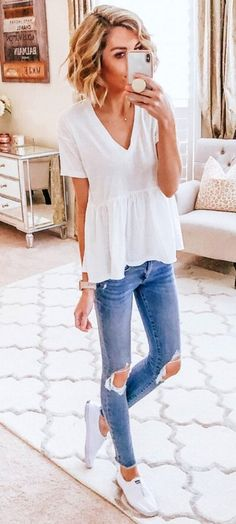 white V-neck blouse - Casual Wear - Modetrends Office Outfits, Casual Outfits, Cute Outfits, Fashion Outfits, Womens Fashion, Estilo Jeans, Cooler Look, Trendy Swimwear, Spring Outfits