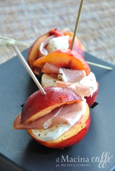 Luglio#Vogliadi #sandwich Sandwich di pesca con crudo e mozzarella Sandwich of peach with ham and mozzarella