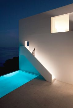 // House on the Cliff by Fran Silvestre Arquitectos. Photography by Diego Opazo