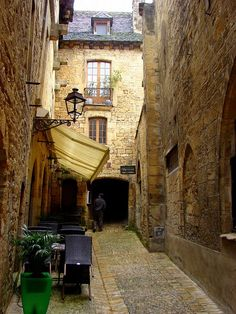 Sarlat Alley & Cafe by bibingkalove, via Flickr