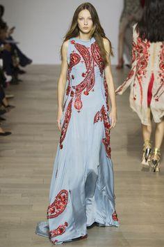 Роскошное длинное голубое платье – показ моды 2016 на неделе моды в Лондоне – коллекция Antonio Berardi