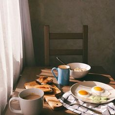 Image discovered by yweiss. Find images and videos about food, yummy and coffee on We Heart It - the app to get lost in what you love. Comida Picnic, Brunch, Aesthetic Food, Cozy Aesthetic, Aesthetic Coffee, Slow Living, Food Photography, Breakfast Photography, Chill