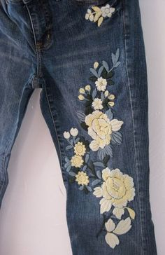 Embroidery On Clothes, Denim Ideas, Painted Jeans, Denim Crafts, My Jeans, Embroidered Jeans, Vintage Jeans, Denim Fashion, Cute Outfits