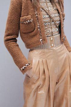 Hinter den Kulissen im Modehaus in Paris – CHANEL Behind the scenes at the fashion house in Paris – CHANEL Chanel Fashion Show, 20s Fashion, French Fashion, Fashion Week, Winter Fashion, Fashion Trends, Fashion Clothes, Paris Fashion, Fashion Purses