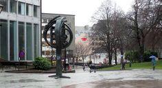 """Skulptur: """"Soltre"""" - 1984.  Kunstner: Arne Vinje Gunnerud. Sted: Domkirkeplassen, Stavanger. Bekostet av: Sparebanken 1, Norsk kulturråd og Stavanger kommune. - Foto: Leif Nørgaard Christiansen - 2017/02/20"""