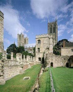 Lived here for 2 years. One of my favourite cities in the UK, the old town area with the cathedral and the castle is simply gorgeous. Castle old town Lincoln. Lincoln Castle, Places To Travel, Places To Go, Lincoln Uk, Lincolnshire England, Welsh Castles, Beautiful Ruins, Beautiful Images, Lincoln Cathedral