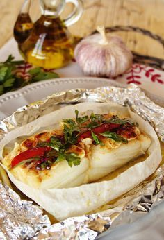 embrulhos-de-bacalhau-no-forno Cod fish parchment paper (Portuguese) Cod Recipes, Wrap Recipes, Fish Recipes, Seafood Recipes, Cooking Recipes, Fish Dishes, Seafood Dishes, Fish And Seafood, Brazil Food