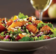 California Pizza Kitchen - Caramelized Peach Salad Toss the peaches with vanilla extract and brown sugar before grilling. Grilled Peach Salad, Grilled Peaches, California Pizza Kitchen Menu, Salad Recipes, Healthy Recipes, Cat Recipes, Healthy Snacks, Recipies, Gastronomia