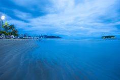 Começo da noite na praia central de Balneário Camboriú - Santa Catarina.