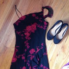 Dressbarn dress. Take notice one strap is broke . If you are good at sewing or know someone who is it could be an easy fix. Worn once on a cruise. Beautiful bead detailing. Dress Barn Dresses
