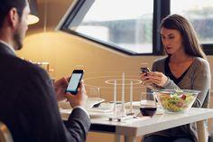 alice wang eettafel die signaleert wanneer twee mensen aan een tafel zitten (of meer) en daarbij het internetsignaal blokkeert zodat men 'normaal' en conversatie kan voeren tijdens het eten.