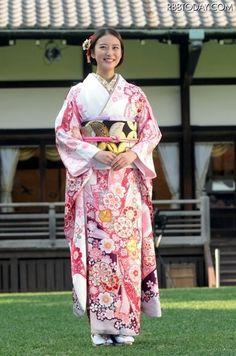 Japanese girl wearing a kimono. Her name isEmi Takei 武井咲. She is japanese yang actress. #japan #kimono