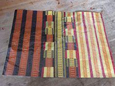 Roskartelua -Kassi, pussi ja alusta karkkipapereista Butcher Block Cutting Board, Rugs, Home Decor, Farmhouse Rugs, Interior Design, Home Interior Design, Floor Rugs, Rug, Home Decoration