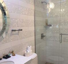 Ein glam sahniges Bad mit Perlmutt-Akzenten und ein Spiegel für ein Ambiente