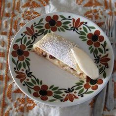 シュトゥルーデルはオーストリアやドイツのお菓子であり料理でもある。今回は旬のももをたっぷり使ってお菓子にした。 生地を薄く薄く延ばす作業は緊張する。それでも少しくらい生地が破れてしまっても、生地と生地をくっつけて修正してしまえば大丈夫。手間は少しかかるけれど、これは手作りが最高においしいお菓子。 秋にはりんごで作って熱々を食べたいところだけど、今この暑い季節では冷蔵庫でお皿までしっかり冷やし... Cheese, Recipes, Food, Recipies, Essen, Meals, Ripped Recipes, Yemek, Cooking Recipes