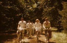 Status. La ricca borghesia ebraica ferrarese si aggira in bici per il Giardino dei Finzi Contini.