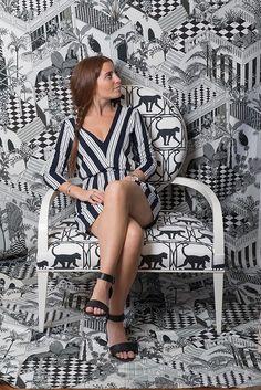 Black & white, un mix and match originale. Il tessuto bianco e nero Darwin di Alhambra si amalgama perfettamente con il parato Miami di Cole & Son che riproduce un design con una vegetazione tropicale in stile retrò  Short Sleeve Dresses, Dresses With Sleeves, Long Sleeve, Miami, South Beach, Wallpapers, Design, Fashion, Tropical