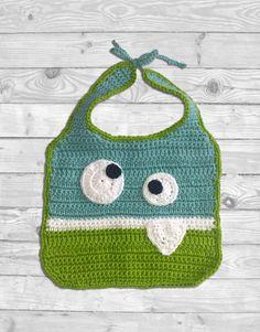 Bavaglino monster azzurro e verde fatto a mano a uncinetto. Lo puoi acquistare su shopcrochet.com