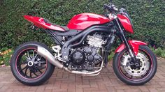 TRIUMPH 955- KTM headlight , R6 seat and the newer 1050 wheels. What a difference!
