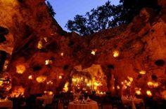 綺麗すぎて食事に集中出来ない?世界の絶景レストラン22選
