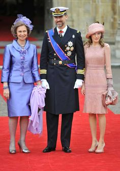 L-R) Spain's Queen Sofia, Crown Prince Felipe and Princess Letizia arrive at Westminster Abbey before the wedding of Britain?s Prince William and Kate Middleton, Princess Letizia, Queen Letizia, Kate Middleton, William Kate Wedding, Meeting Outfit, Style Royal, Recycled Dress, Wedding Guest Looks, Casa Real