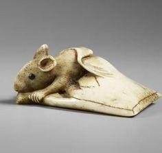 Mouse leaving a paper bag netsuke. : Haruoku. musée Guimet, Paris).  Edo (1603-1868) gravé, ivoire, sculpté. Japan