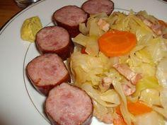 Pour 4 personnes : 1 chou blanc 4 saucisses fumées 200g de lardons fumés 2 carottes 1 oignon 1 bouillon cube (pour 45cl d'eau) 25cl de vin blanc sec 1 cc de piment doux sel, poivre 1cc de Moutarde au Raifort d'Alsace (Acheter) J'ai utilisé le couteau...