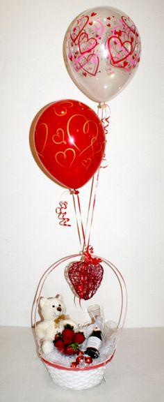 Cesta merienda decorada con globos:  - Fresas - Bombones - Cava - Copas - Peluche  ¡Por 30€ lo llevamos donde quieras!