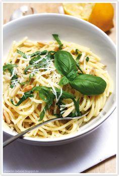 Dreierlei Liebelei: Pasta mit Knoblauch, Parmesan und Zitrone (...und Basilkum uuund mmmmmh Pinienkernen)