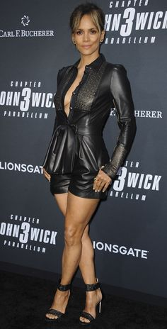 Halle Berrys Sexy Legs in Black Leather Romper and Liana Sandals Halle Berry Style, Halle Berry Hot, Hally Berry, Jenifer Aniston, Leder Outfits, Perfect Little Black Dress, Actrices Hollywood, Sexy Older Women, Black Romper