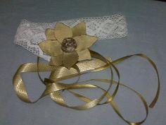 los colores neutros siempre se combinan entre si, aqui un exclusivo cinturon en encaje de hilo, flor de seda en tono beige #moda #belt $12.00