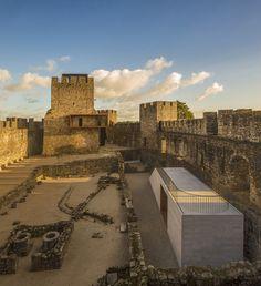 Centro de Visitantes do Castelo de Pombal / COMOCO