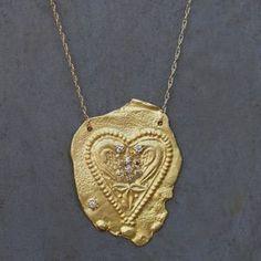 collier coeur jaipur en or 18 karats sur chaine en or et petite aigue marine petits sipinelles de la creatrice esther pour l'atelier des bijoux createurs