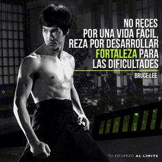 No reces por una vida fácil, reza por desarrollar fortaleza para las dificultades. #BruceLee #Lee #KungFu #Karate #Dragon #Quotes #Life #Motivation #Motivacion #Vida #Frases #Enfoque #Decision #Crossfit #Fit #Fitness #Fuerza #BeMoreHuman