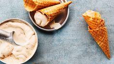 Itse tehty jäätelö maistuu tilanteessa kuin tilanteessa. Kone on kätevä apuväline, mutta jäätelön valmistus onnistuu ilmankin. Poimi viileimmät ohjeet! Banana Split, Ice Cream Recipes, Oreo, Ethnic Recipes, Food, Dole Whip Recipes, Essen, Meals, Popsicle Recipes