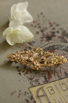 アンティークブローチ つばめ小鳥 ヴィクトリアンジュエリー イギリス Antique Brooches, Antique Gold, Antique Jewelry, All That Glitters, Artisan Jewelry, Jewerly, Feather, Birds, Luxury