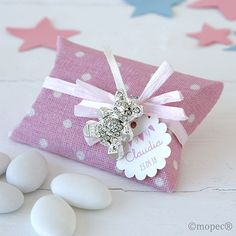 Detalles para bautizo. Broche osito metal strass. Se presenta en estuche tela topos rosa, tarjeta personalizada blanca rectangular impresa.  Medida osito: 2,5 x 3 cm. Medida estuche: 5,8 x 11 x 0.2 cm
