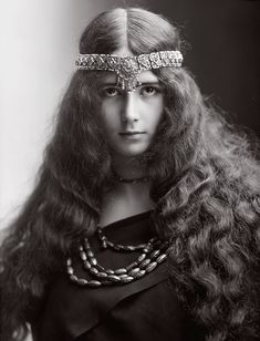 Cléo de Mérode, 1893. Photo: Félix Nadar. American society figure Harry K. Thaw gave an elaborate party for her and other famous beauties in Paris; the party favours were jewels. Six years later, Thaw became internationally famous for murdering architect Stanford White. KA