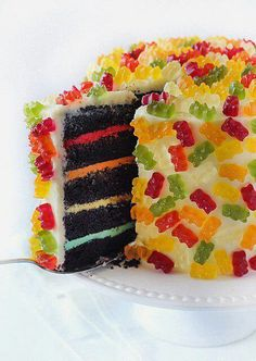 Colorful Gummy Bear Layer Cake - I just have to share this! Gummy bear all over a cake . Just Desserts, Delicious Desserts, Dessert Recipes, Yummy Food, Gummy Bear Cakes, Gummy Bears, Jelly Bears, Food Cakes, Cupcake Cakes