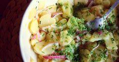 A krumplisaláta egyszerű, gyors, mégis jól variálható köret, amivel feldobhatunk egy hétköznapi vacsorát. Mai receptünkben az osztrákok által kedvelt verziót mutatjuk be, próbáljátok ki ti is!